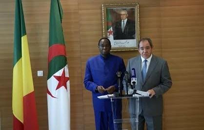 وزيري الخارجية الجزائري والمالي في ندوة صحفية في أكتوبر الماضي، مصدر الصورة (الشروق)